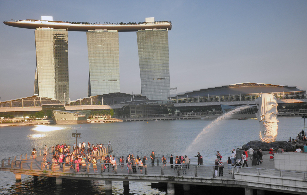 Marina Bay Sands with the Merlion in the foreground